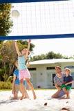 Rodzinna Bawić się gra siatkówka W ogródzie Fotografia Stock