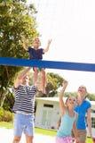 Rodzinna Bawić się gra siatkówka W ogródzie Zdjęcie Stock