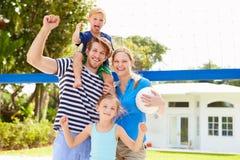 Rodzinna Bawić się gra siatkówka W ogródzie Obraz Royalty Free