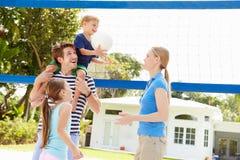 Rodzinna Bawić się gra siatkówka W ogródzie Obraz Stock