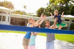 Rodzinna Bawić się gra siatkówka W ogródzie Zdjęcie Royalty Free