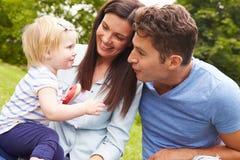 Rodzinna Bawić się gra W ogródzie Z córką Fotografia Royalty Free