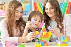 Rodzinna bawić się lego gra zdjęcie royalty free