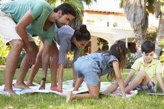 Rodzinna Bawić się równoważenie gra W ogródzie Fotografia Stock