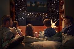 Rodzinna Cieszy się film noc W Domu Wpólnie zdjęcie royalty free