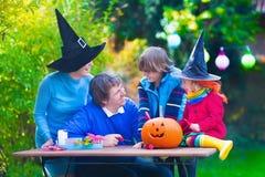 Rodzinna cyzelowanie bania przy Halloween zdjęcia stock