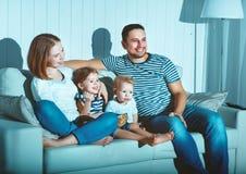 Rodzinna dopatrywanie telewizja na kanapie w domu fotografia royalty free
