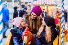 Rodzinna jazda carousel na boże narodzenie rynku Zdjęcia Stock