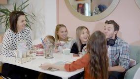 Rodzinna kawiarnia Spotkanie rodziny przyjaciele Mama i dzieci zbiory
