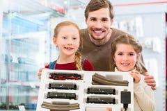 Rodzinna kupienie modela linia kolejowa w zabawkarskim sklepie zdjęcia stock