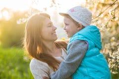 Rodzinna mama z córki kobietą z dzieckiem w wiosna stojaku i hu zdjęcie stock