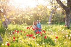 Rodzinna mama z córki kobietą z dzieckiem w wiosna stojaku i hu fotografia stock