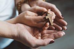 Rodzinna modlitwa z drewnianym różanem fotografia stock