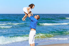 Rodzinna ojca mienia córka bawić się plażę Fotografia Royalty Free