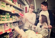 Rodzinna para i dziewczyna wybiera słodkiego pudding i ono uśmiecha się obraz stock