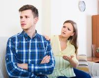 Rodzinna para kłóci się w domu z poważnymi twarzami Fotografia Royalty Free
