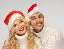 Rodzinna para w pulowerach i Santa kapeluszach Obraz Stock
