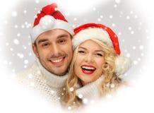 Rodzinna para w pulowerach i Santa kapeluszach Fotografia Stock