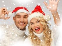 Rodzinna para w pulowerach i Santa kapeluszach Fotografia Royalty Free