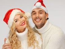 rodzinna para w pulowerach i Santa kapeluszach Obraz Royalty Free