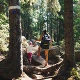 Rodzinna podróż Wycieczkować w drewnach Matka i córka fotografia stock