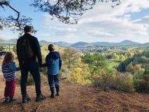 Rodzinna podwyżka w jesień lesie w Rheinland Pfalz zdjęcie royalty free