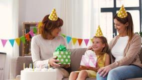 Rodzinna powitanie dziewczyna z urodziny przyjęciem w domu zdjęcie wideo