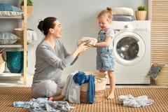 Rodzinna robi pralnia obrazy stock