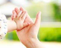 Rodzinna scena, zbliżenie rodzic i dziecka mienia ręka, Obraz Stock