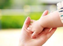 Rodzinna scena, zbliżenie rodzic i dziecka mienia ręka, Zdjęcie Stock