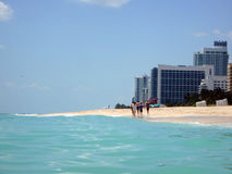Rodzinna spacer linia brzegowa na Miami plaży Zdjęcie Royalty Free