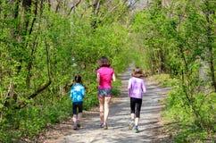Rodzinna sprawność fizyczna, sport, aktywny matka i dzieciaki jogging outdoors, biegający w lesie Obraz Royalty Free