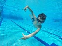 Rodzinna stylu życia i lata dzieci wodnych sportów aktywność z rodzicami zdjęcie royalty free