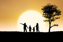 Rodzinna sylwetka na zmierzchu i drzewa tło royalty ilustracja