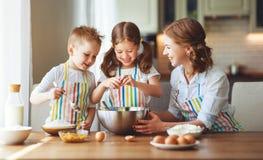 rodzinna szcz??liwa kuchnia matka i dzieci przygotowywa ciasto, piec ciastka obrazy stock