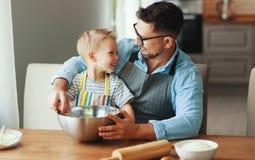 rodzinna szcz??liwa kuchnia ojca i dziecka wypiekowi ciastka zdjęcie royalty free