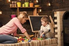 Rodzinna sztuka z konstruktorem w domu Mama i dzieci bawią się z szczegółami konstruktor, plastikowe cegły Macierzyństwa pojęcie Obrazy Royalty Free