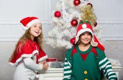 Rodzinna wakacyjna tradycja Dzieci rozochoceni świętują boże narodzenia Rodzeństwa gotowi świętują boże narodzenia lub spotkanie  fotografia stock