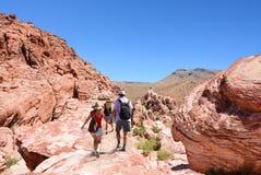 Rodzinna wycieczkuje wycieczka na wakacje w górach Fotografia Royalty Free