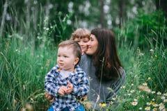 rodzinna zabawa ma na zewnątrz obrazy royalty free