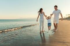 Rodzinna zabawa na plaży Zdjęcia Royalty Free