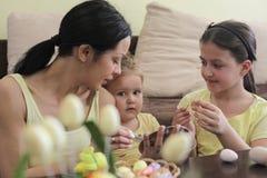 Rodzinna zabawa na wielkanocy obraz stock