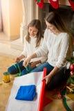 Rodzinne kocowania i dekorować teraźniejszość dla bożych narodzeń Obrazy Stock