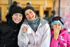Rodzinne narciarki fotografia stock