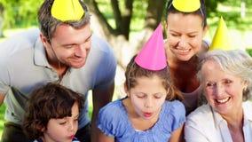 Rodzinne odświętność małe dziewczynki urodzinowe w parku zbiory