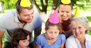 Rodzinne odświętność małe dziewczynki urodzinowe w parku zbiory wideo