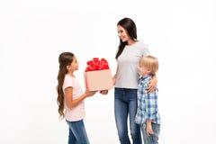 Rodzinne przyjemności, matka syn i córka odizolowywający na białym tle, miejsce dla inskrypcji na pudełku zdjęcie stock