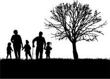 Rodzinne sylwetki w naturze ilustracja wektor