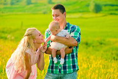 rodzinne tła ojca dziecka szczęśliwa matka odizolowana w białych smile young Zdjęcia Royalty Free