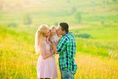 rodzinne tła ojca dziecka szczęśliwa matka odizolowana w białych smile young Fotografia Stock